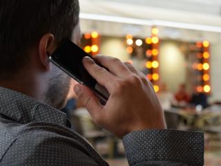Man-talking-on-the-phone-1582238_1920